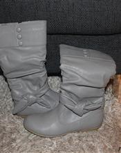 3 Par sko selges.   Svarte pumps paret er fra Eurosko kjøpt i desember 2011. Jeg selger de rett og slett fordi jeg ikke klarer å gå i høyesko.. Ny pris er 499,-   Grå Støvleter fra Motehuset. Aldri brukt. Gi bud  Hvite pumps, klarer ikke gå i de.. 75,- + porto De er fra økonomisko.