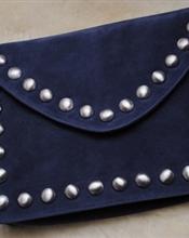 Stor clutchveske med plass til laptop. Semsket marineblå med sølv nagler. Aldri brukt.Nypris: 800.