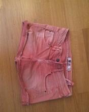 Lakserød shorts..