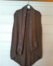 En nydelig strikket vest fra det danske merket Saint Tropez.   Med gjennomsiktige paljetter.  Større..